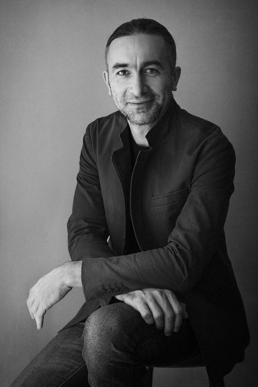 Fotografo di ritratti Ferrara - the image of a man wearing a jacket in black and white
