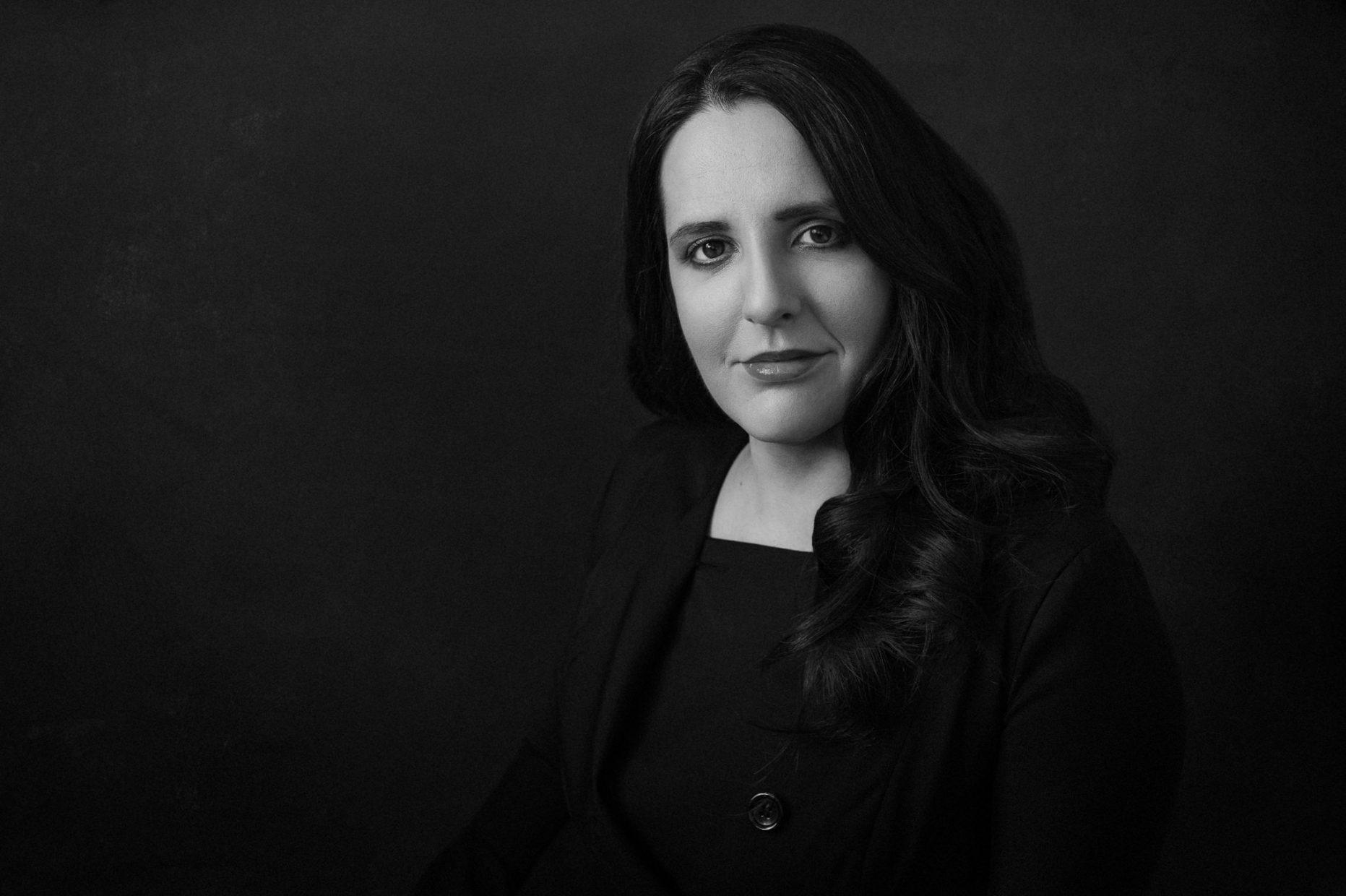 Portrait of a woman wearing a black dress - Ritratto della donna con vestito nero - Studio fotografico Ferrara