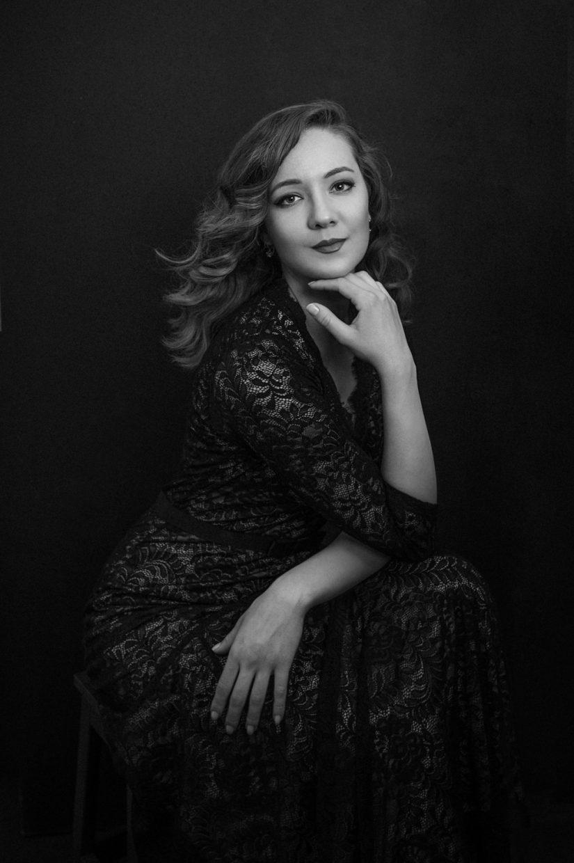 Ferrara photographer - Portrait of a woman in a black lace dress