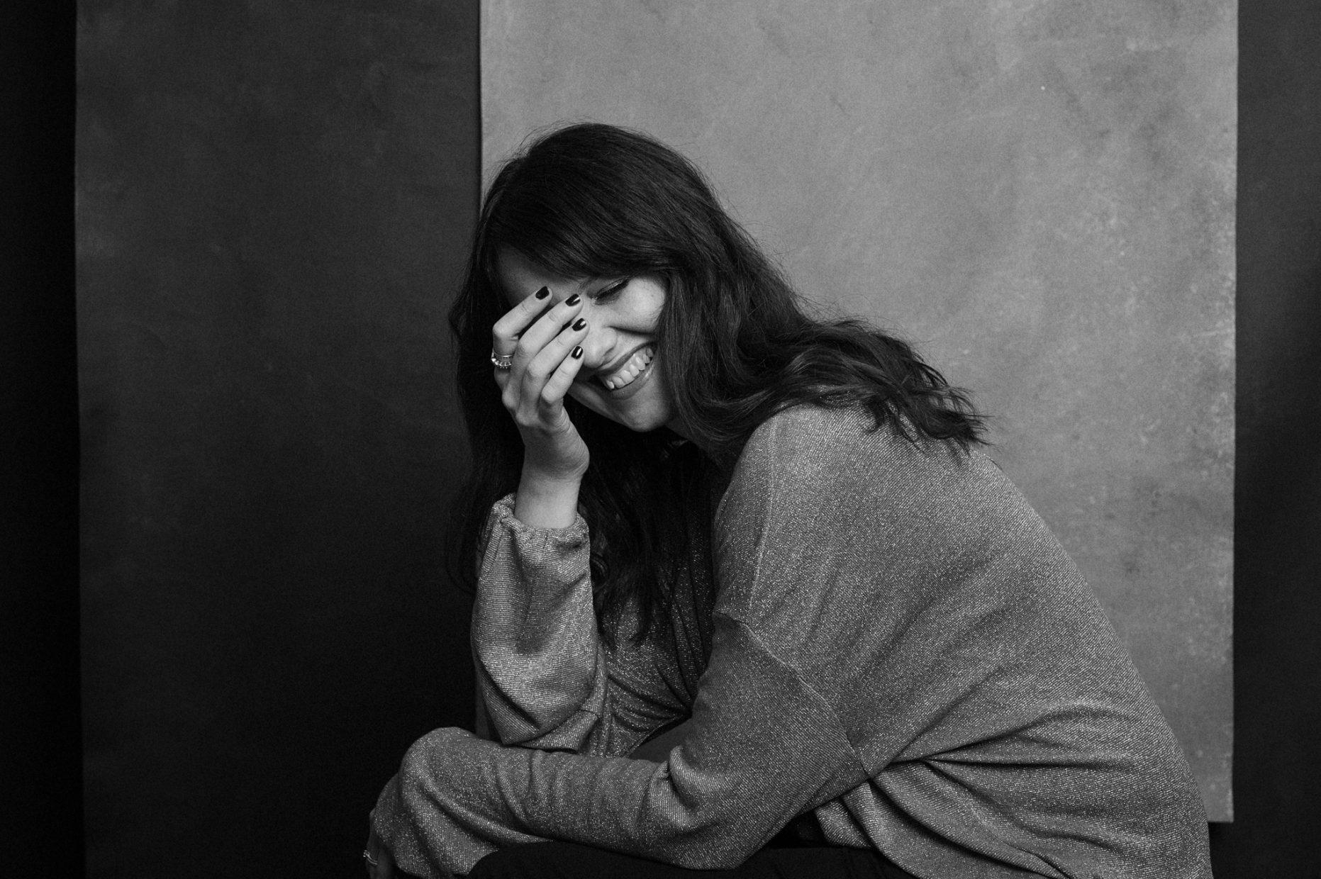 Ritratto a Ferrara di una donna che ride in bianco e nero