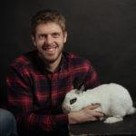 Ritratto di coniglio e suo proprietario presso Bomb Studio - Borgo Leoni Fotografia a Ferrara, Bologna ed Italia